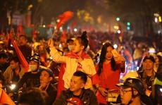 Người dân Hà Nội xuống đường mừng tuyển Việt Nam vào bán kết với vị trí nhất bảng A
