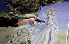 Họa sĩ vẽ tranh dưới đáy đại dương, người mẫu phải lặn theo