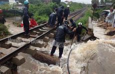 Đường sắt tê liệt vì mưa lớn, khoảng 2.500 khách bị kẹt