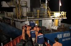 Cứu 3 thuyền viên rơi xuống biển do tàu va đá ngầm ở vịnh Vân Phong