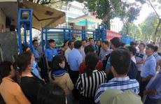Cư dân ở lại Quỹ phát triển nhà ở TP HCM đến nửa đêm để đòi căn hộ
