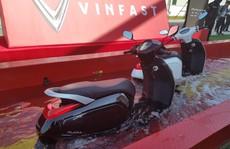 Xe máy điện của Vinfast ngâm nước hơn 30 phút vẫn chạy tốt
