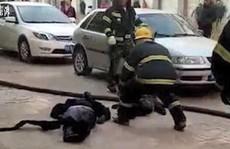 Mẹ che cho con trong vụ nổ xe điện, cả hai đều chết thảm
