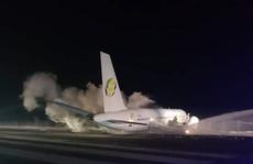 Đang bay gặp sự cố, máy bay Boeing khẩn cấp hạ cánh 'cứng'