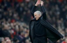 Mourinho: Học trò đòi sa thải, báo chí tố lăng nhăng bồ trẻ