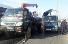 Lật xe tải trên cầu Trần Thị Lý, gây ách tắc giao thông cả giờ