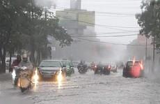 Mưa lớn nhiều giờ, TP Vinh chìm trong biển nước, giao thông đảo lộn