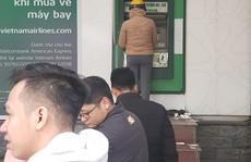 Rút tiền ATM dịp Tết: Vì sao người dân phải chịu xếp hàng nhiều giờ?
