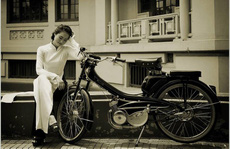 Người đẹp Hà thành thướt tha bên xe máy cổ Mobylette