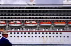 """Hành khách """"tắm máu"""", du thuyền cập bến khẩn cấp"""