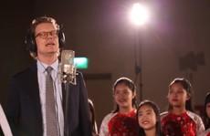 Cùng nghe Đại sứ Thụy Điển hát 'Happy New Year' bằng tiếng Việt