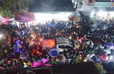 Vạn người đội mưa 'chôn chân' trong đêm chợ Viềng 'mua may, bán rủi'