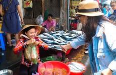 Du khách chen nhau mua hải sản tươi tại phố biển Vũng Tàu
