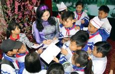Hoa Hậu Trần Huyền Nhung tặng quà cho học sinh nghèo