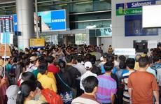 Ùn ùn đổ về sân bay Tân Sơn Nhất rước Việt kiều