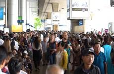 Ngột ngạt cảnh chen chúc đón Việt kiều ở sân bay Tân Sơn Nhất