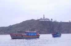 Cứu 4 ngư dân cùng tàu cá gặp nạn giữa sóng to