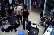 Nghi vấn nhóm thanh niên nổ súng tấn công chủ quán cắt tóc