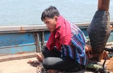 Giải cứu 4 ngư dân bị bắt, xích trói trên tàu cá