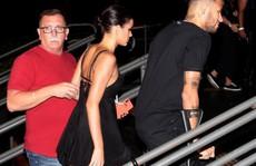 Neymar chống nạng 'đi đêm' với bạn gái