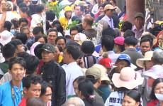 Khách hành hương đổ xô về ngôi miếu lớn nhất Việt Nam