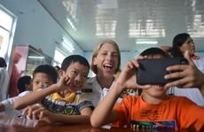 Hải quân tàu sân bay Mỹ 'cháy' hết mình với trẻ em da cam