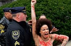 Nữ diễn viên cởi áo chống danh hài Bill Cosby