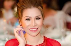 Hoa hậu Bùi Thị Hà lộng lẫy dự tiệc cùng 'người lạ'