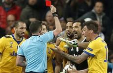 Nhận thẻ đỏ phút 90+4, Buffon gọi trọng tài là 'cầm thú'