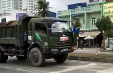 Cảnh sát phải 'đánh đu' trên đầu xe tải