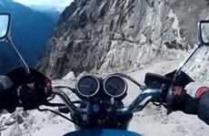 Mạo hiểm đi xe máy trên một ngọn núi thuộc dãy Himalaya