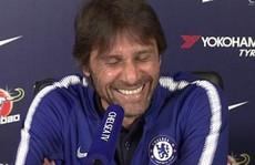 Conte đỏ mặt khi bị vợ cắt ngang buổi họp báo