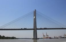 Hai sà lan tông nhau dưới cầu Phú Mỹ, 1 chiếc đã chìm