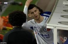 Dứt điểm dở tệ, Morata bị 'ném đá'