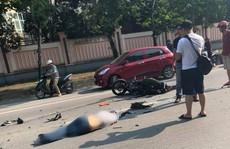 Clip xe bán tải vượt ẩu, tông 2 thanh niên đi xe máy nguy kịch