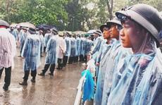 Cận cảnh lực lượng an ninh lễ hội Đền Hùng làm việc dưới mưa xối xả