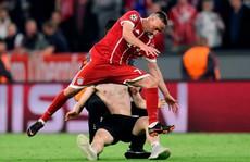 Ronaldo, Ribery bị fan cuồng 'tấn công'