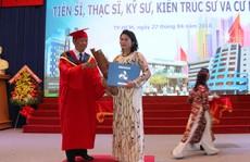 Trao bằng thạc sĩ danh dự cho nữ học viên qua đời vì tai nạn giao thông