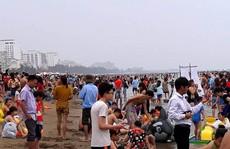 """'Biển người"""" vẫn đổ về Sầm Sơn tắm biển ngày nghỉ lễ"""