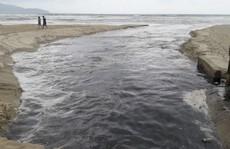 Du khách phát hoảng vì nước đen ngòm chảy tràn ra biển đẹp nhất hành tinh