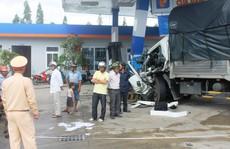 Xe tải tông xe khách rồi lao vào cây xăng