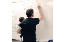 Giáo sư vừa ẵm con cho sinh viên vừa giảng bài