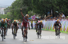 """Dân Phú Quốc chen nhau xem đua xe đạp tranh Cúp """"Gạo hạt ngọc trời"""""""
