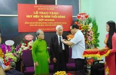 Hai vợ chồng ông Nguyễn Đình Hương cùng nhận huy hiệu 70 năm tuổi Đảng