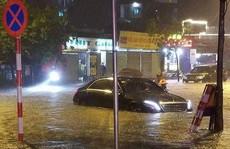 Hà Nội: Mưa lớn biến đường phố thành sông, giao thông hỗn loạn