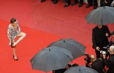 """Sao phim """"Chạng vạng"""" gây sốc khi chân trần trên thảm đỏ"""