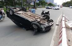 'Xế hộp'  lật như phim ở dốc cầu Sài Gòn