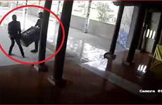 Video 2 thanh niên táo tợn  vào chùa khiêng trộm hòm công đức