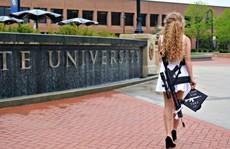 Khẩu súng trường bán tự động trên lưng nữ sinh viên