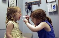 Chơi trò bác sĩ, 2 bé ngộ độc thuốc